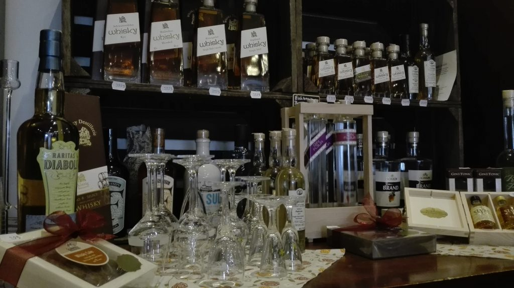 Der Kaffeeladen verkauft Whiskeys aus kleinen Brennereien in Deutschland