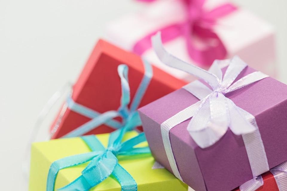Stapel verpackter Geschenke